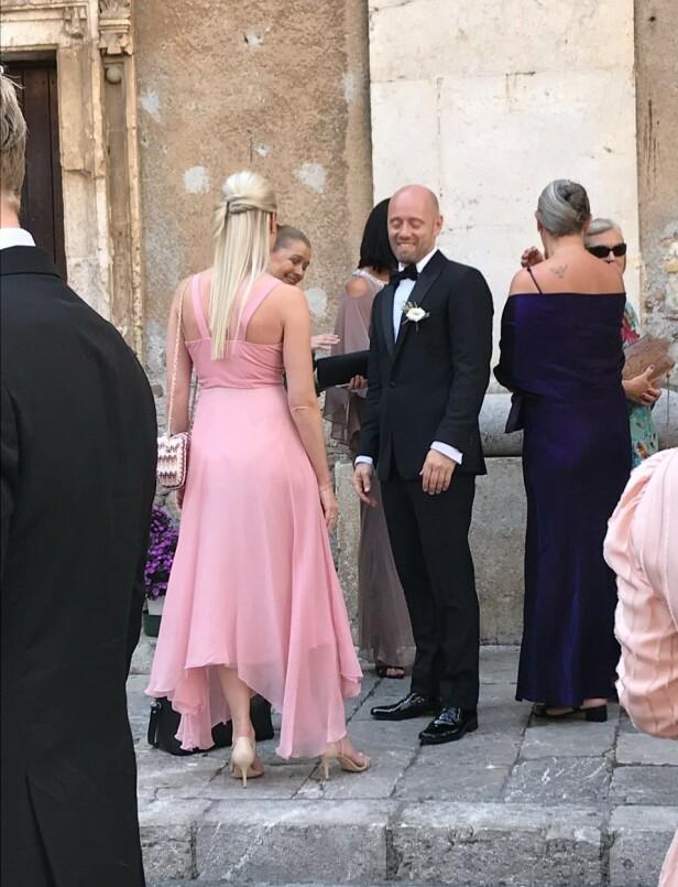 <strong>VENTET:</strong> Brudgommen Aksel Hennie ventet utenfor kirken. Foto: Se og Hør