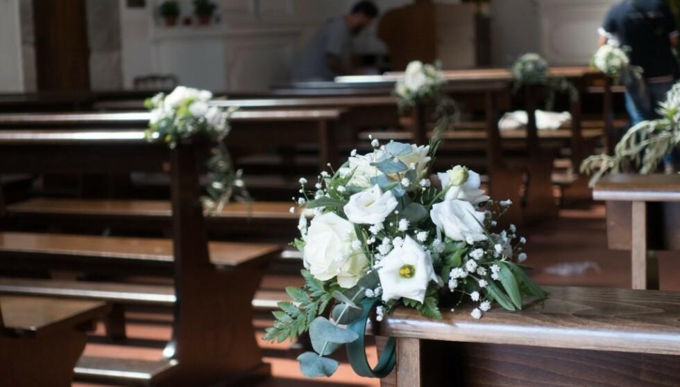 <strong>BRYLLUP:</strong> Kirken var pyntet med blomster. Foto: Se og Hør