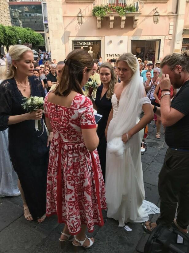 <strong>GIFTET SEG:</strong> Bruden ankom kirken. Foto: Se og Hør