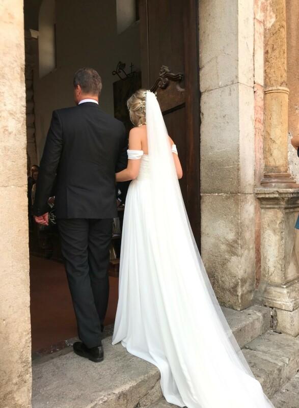 <strong>GÅR INN:</strong> Bruden ble fulgt inn i kirken hvor hun skal gifte seg med skuespiller Aksel Hennie. Foto: Se og Hør