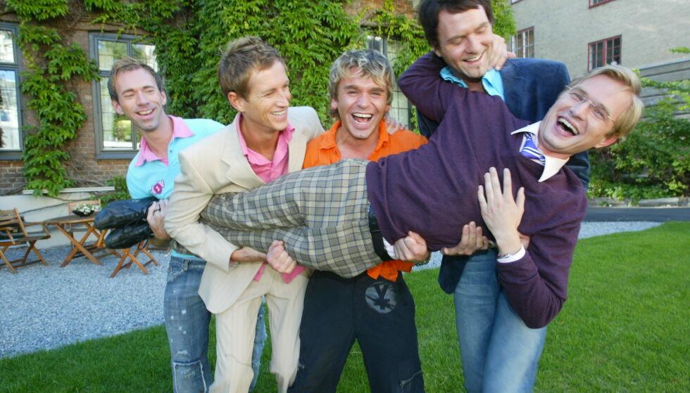 POPULÆRT: Adam Schjølberg fikk livet sitt snudd på hodet da han som 21-åring ble TV-kjendis i «Homsepatruljen». Her med Jon Ødegaard Jensen (liggende), Jan Soløy (til venstre), Halvor Bakke, og Birger Løkeng. Foto: Morten Holm / NTB Scanpix