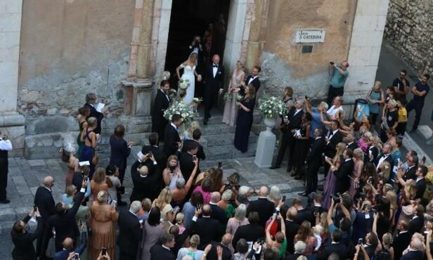 <strong>GIFT:</strong> Aksel Hennie og Karoline Hegbom på vei ut av kirken. Foto: Se og Hør