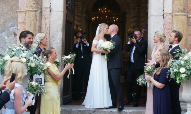 <strong>KYSS:</strong> Aksel Hennie og Karoline Hegbom kysset på kirketrappen. Foto: Se og Hør