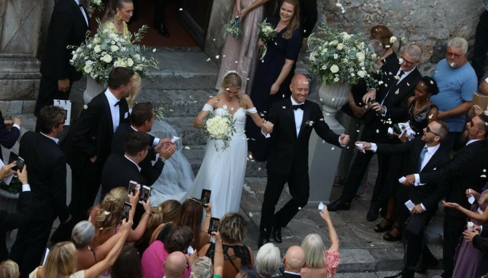 <strong>JUBEL:</strong> Brudeparet ble møtt av jublende gjester utenfor kirken. Foto: Se og Hør