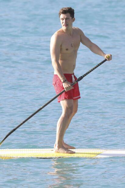 BRENT BARN SKYR ILDEN: Orlando Bloom avbildet året etter at han ble fotografert naken på et paddlebrett, denne gang med badebuksa på. Foto: NTB Scanpix