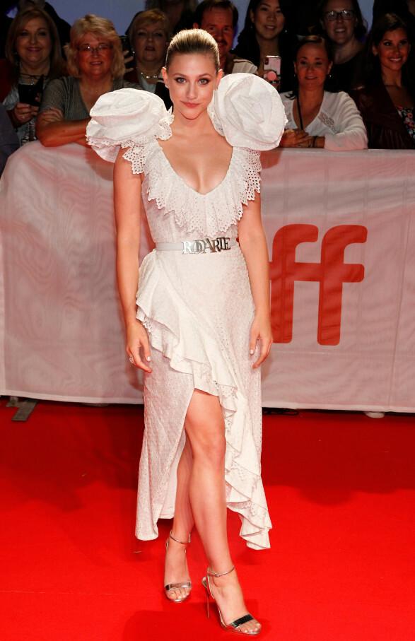 LILI REINHART: Iført en Rodarte-kjole på premieren av «Hustlers. Foto: NTB Scanpix