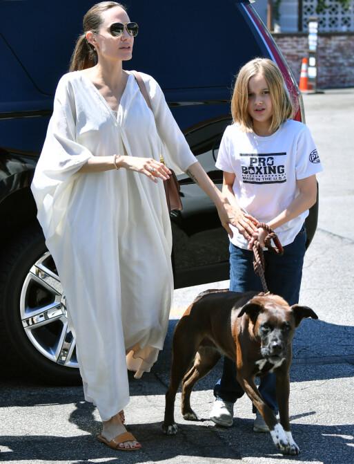 <strong>FAMILIEKJÆR:</strong> Angelina Jolie sammen med datteren Vivienne Jolie-Pitt i starten av august. Foto: Splash News/ NTB scanpix