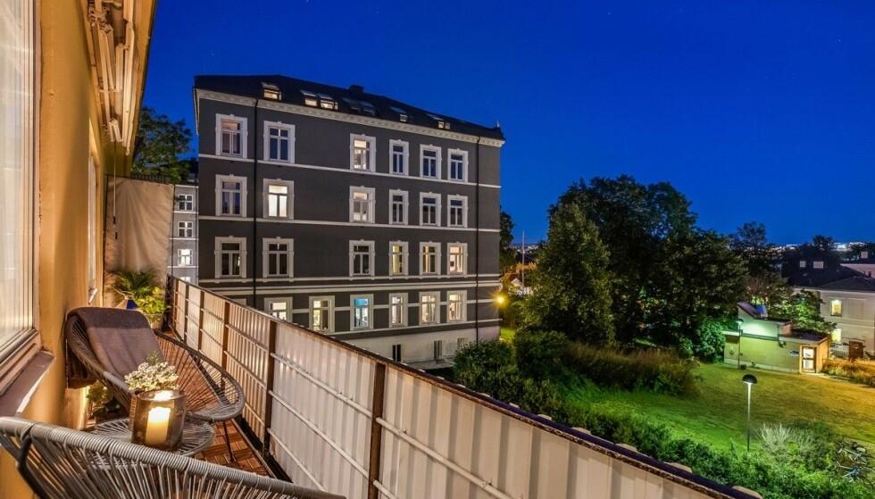 ROLIG: Leilighetens balkong ligger vendt mot en rolig og frodig bakgård. Foto: Anders Kjøndal, Luxe