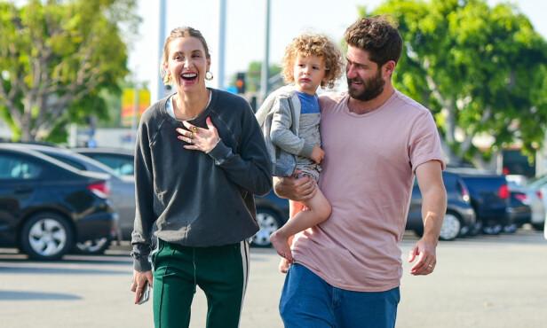 <strong>UTE MED SØNNEN:</strong> Whitney og Tim på tur med sønnen sin Sonny. Foto: NTB Scanpix