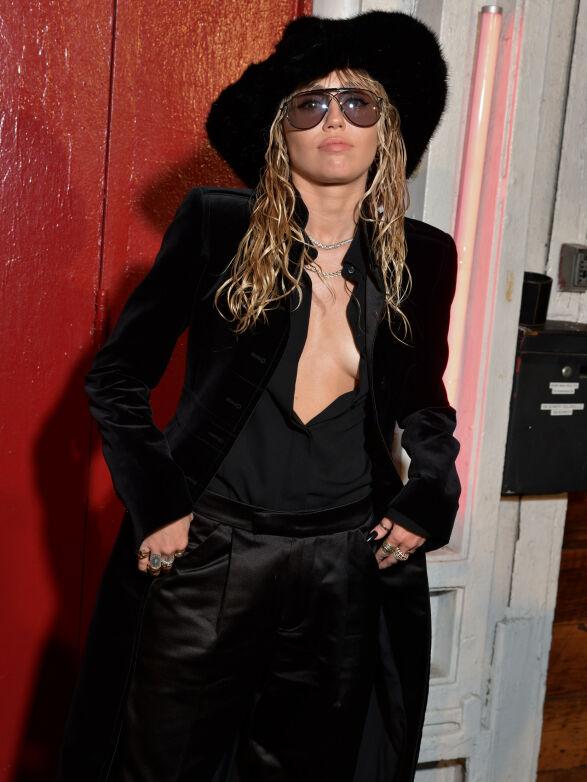 KOM ALENE: Miley Cyrus kom tilsynelatende uten noen date på Tom Ford-visningen. Foto: NTB scanpix