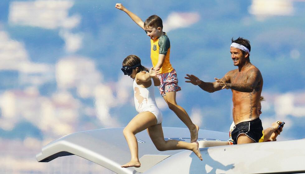 <strong>FRYDEFULLE:</strong> Etter hvert våget Harper seg på å hoppe uten pappa - så lenge Eltons sønn Zachary var med. Foto: NTB Scanpix