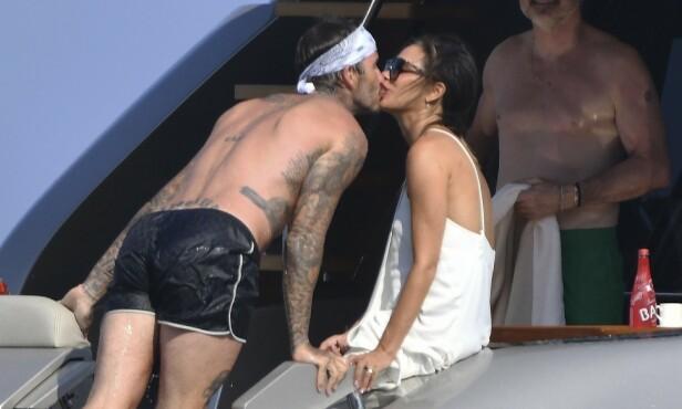 <strong>KJÆRLIG KYSS:</strong> David stjal mange kyss fra sin kjære kone i løpet av det herlige oppholdet til sjøs. Foto: NTB Scanpix