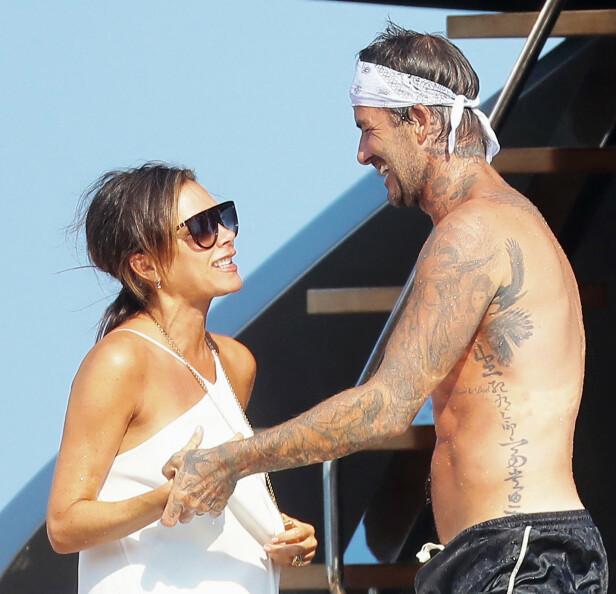 <strong>LIKE FORELSKET:</strong> I sommer var det 20 år siden Victoria og David giftet seg, og det er tydelig at de fremdeles har et særdeles godt forhold. Kjærligheten blomstret om bord på båten til Elton John. Foto: NTB Scanpix
