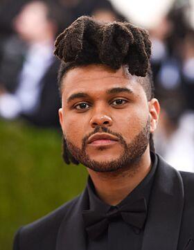 SIGNATURLOOK: The Weeknd er kjent for sin kreative hårfrisyre som nå har måttet vike for en kortere sveis. Foto: NTB Scanpix