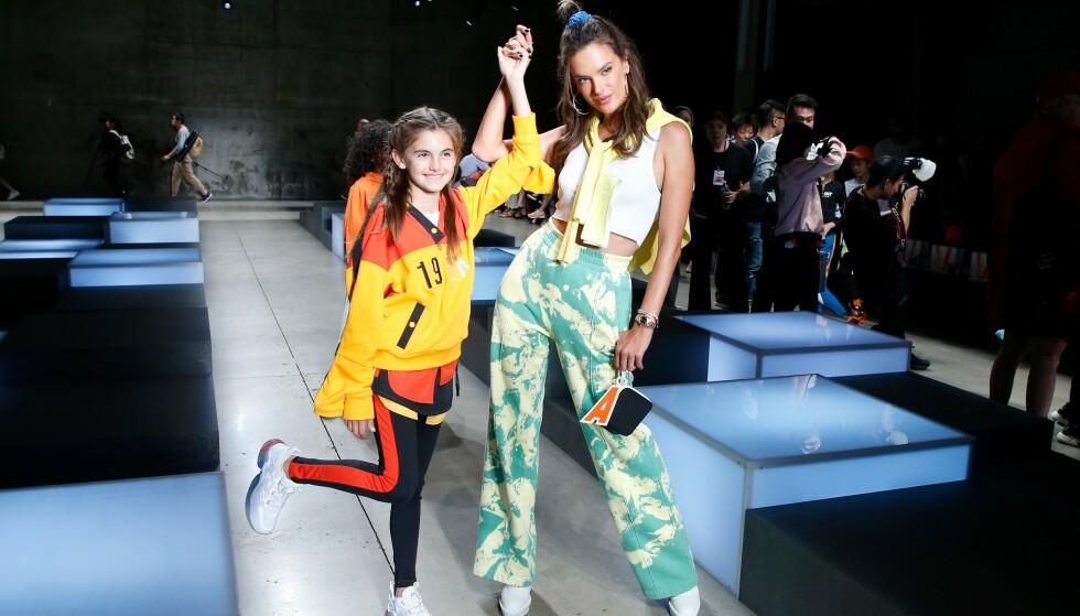 MED DATTEREN: Supermodell Alessandra Ambrosio tok med seg datteren Anja Louise Ambrosio Mazur på China Day: Anta Kids-visningen i helgen. Foto: NTB scanpix