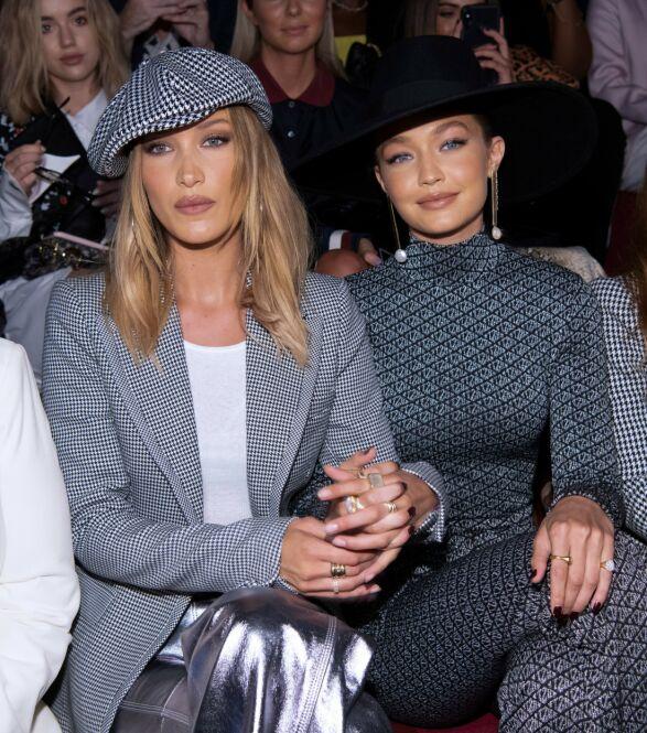 MODELLSØSTRE: Bella Hadid og Gigi Hadid på første rad under Tommy Hilfiger-visningen i helgen. Foto: NTB scanpix