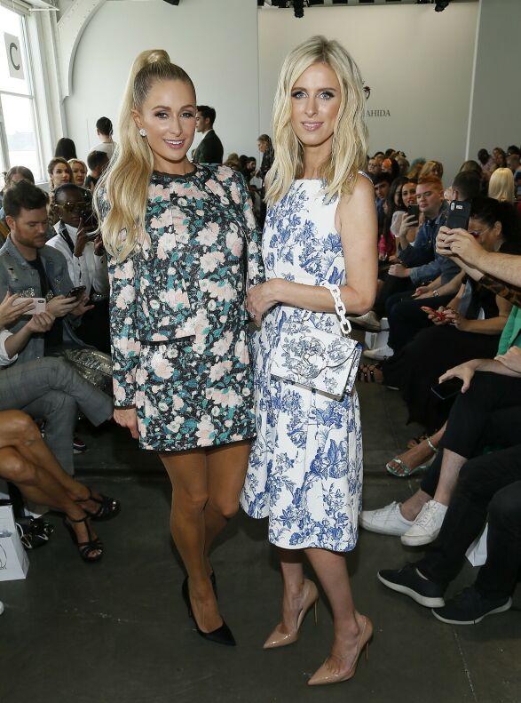 MATCHET I MØNSTER: Paris Hilton og Nikki Hilton på Kyle & Shahida-visningen på Pier 59 Studios i helgen. Foto: NTB scanpix
