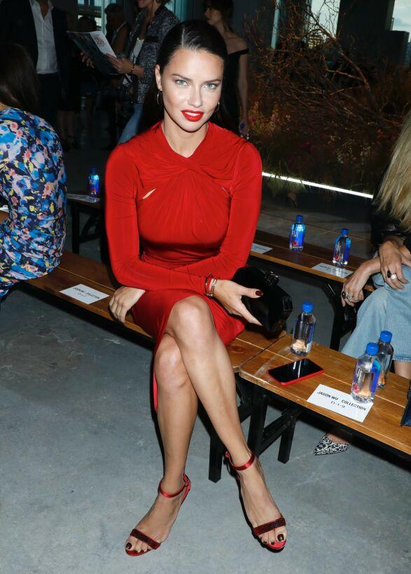 ADRIANA LIMA: Supermodellen gikk for helrødt på Jason Wu-visningen i helgen. Foto: NTB scanpix