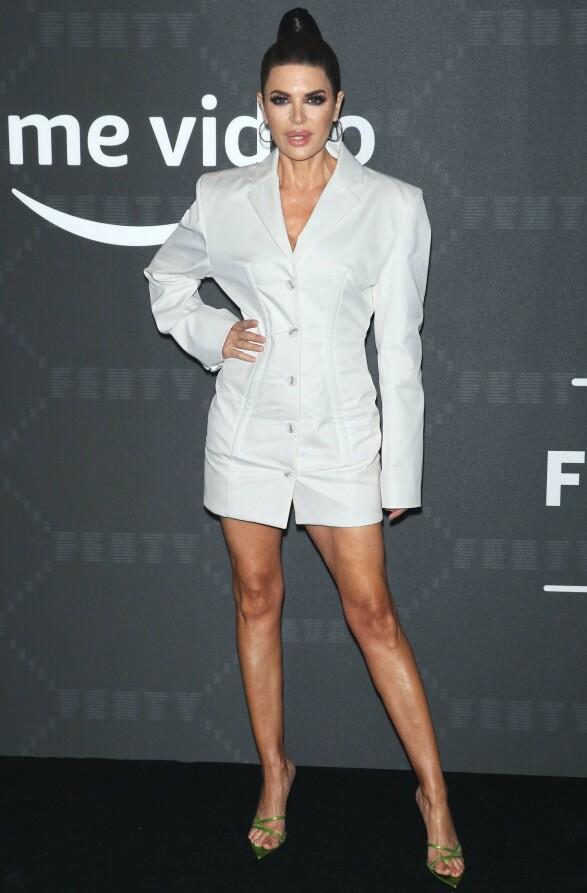 LISA RINNA: TV-personligheten møtte opp i en stilig dressjakke-lignende kjole. Foto: NTB Scanpix