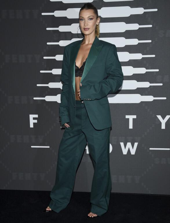 BELLA HADID: Ikledd en søt bralette og en «oversized» buksedress poserte modellen for fotografene. Foto: NTB Scanpix