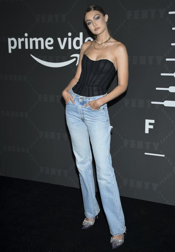 GIGI HADID: Modellen gikk for lyse jeans utenpå en stroppeløs body eller korsett. Foto: NTB Scanpix