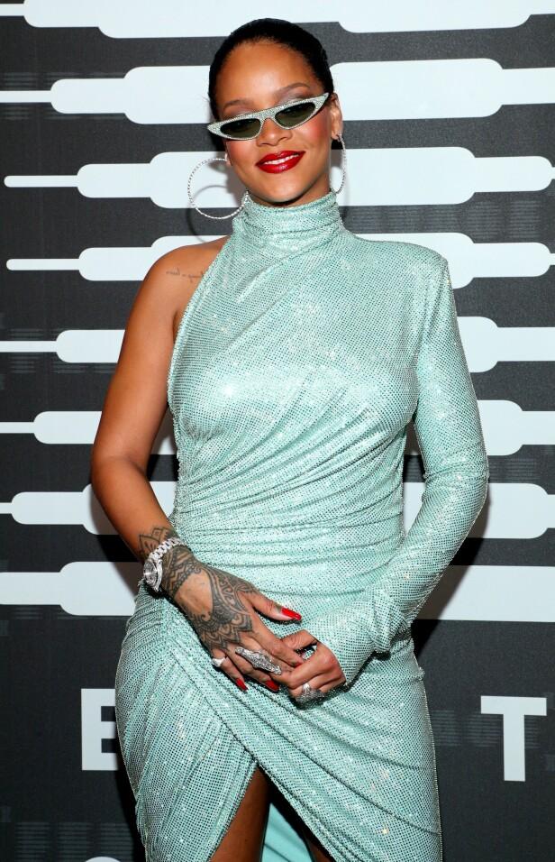 EGET MOTESHOW: Rihanna på den røde løperen før sin egen motevisning. Foto: NTB Scanpix