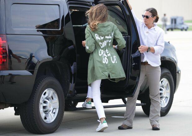 VEKKET OPPSIKT: I fjor sommer ble Melania Trump avbildet i en jakke med påskriften «Really don't care. Do u?». Foto: NTB Scanpix