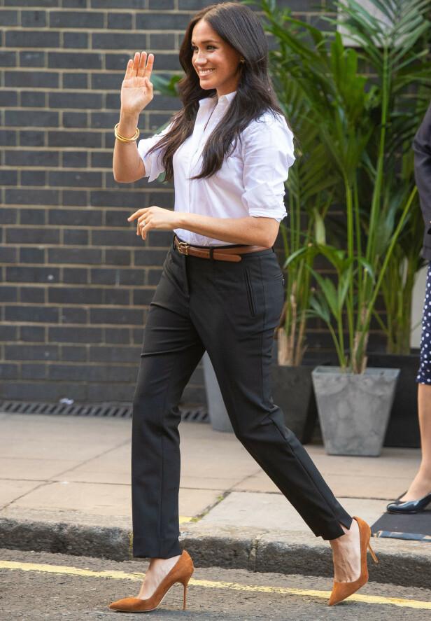 KOLLEKSJON: Hertuginnen ankom i bukser og en skjorte fra sin nye kolleksjon. Foto: NTB Scanpix