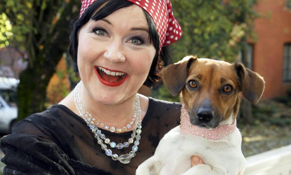 <strong>I SORG:</strong> Christine Koht har mistet sin kjære Pipp. Hunden, som er av rasen Jack Russel-terrier, ble 15 år gammel, og ble avlivet da matmor lå i koma. Foto: Tore Skaar / Se og Hør