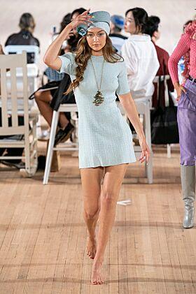 UTEN SKO: Det så tilsynelatende ut til at Gigi brydde seg fint lite om at hun manglet sko. Foto: NTB Scanpix