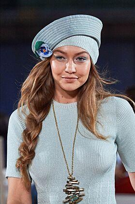 PROFESJONELL: Gigi gikk på catwalken som om ingenting var galt. Foto: NTB Scanpix