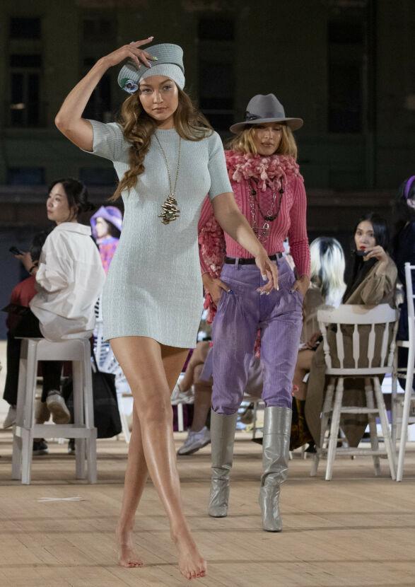 ALENE: Gigi ser ut til å være den eneste uten sko under visningen. Foto: NTB Scanpix