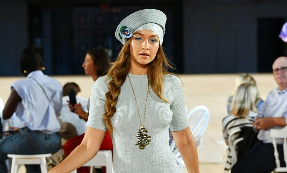 UHELL: Gigi Hadids antrekk ble ikke helt som det skulle da hun gikk på catwalken for Marc Jacobs. Foto: NTB Scanpix