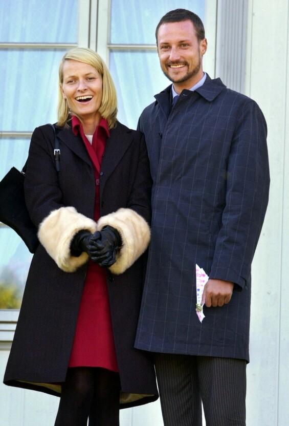 DEN GANG DA: Det ferske kronprinsparet fotografert på Hundorp i Gudbrandsdalen i september 2001 - på sin aller første fylkestur. Foto: Erlend Aas / NTB scanpix