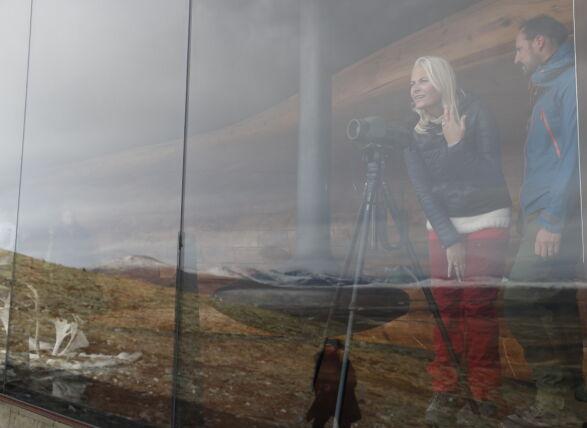 MOT NATUREN: Kronprins Haakon og kronprinsesse Mette-Marit beundret landskapet fra Viewpoint Snøhetta på Dovre under fylkesturen. Foto: Stian Lysberg Solum / NTB scanpix