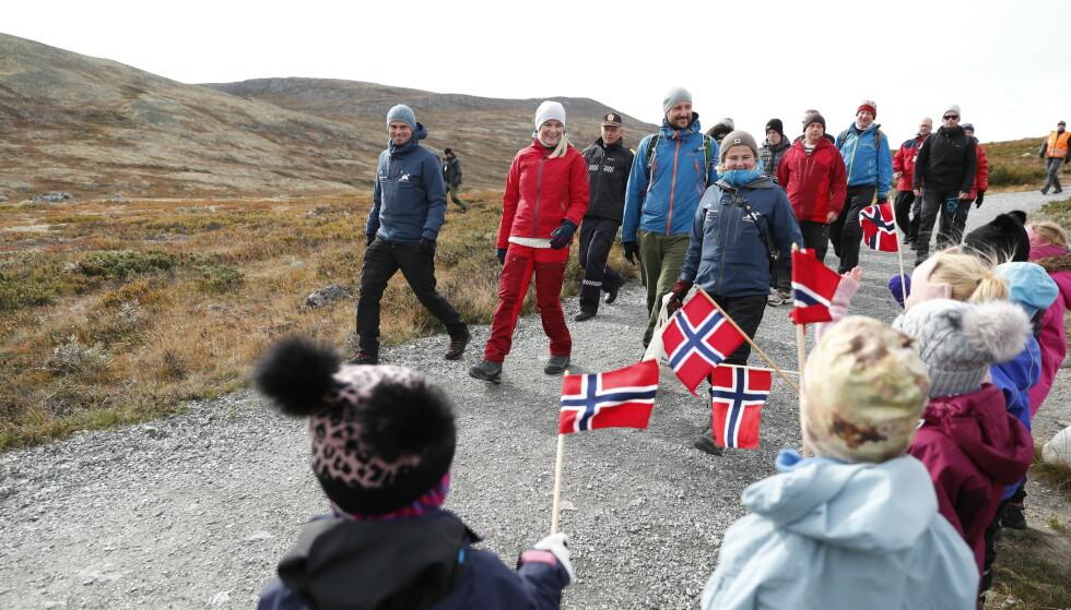 FLAGG-HILSEN: Kronprinsparet og følget deres tok inn naturen på Dovre tirsdag. Foto: Stian Lysberg Solum / NTB scanpix