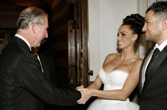 MØTTE PRINS CHARLES: Her hilser skandaleparet på prins Charles i London i 2006. Foto: NTB Scanpix