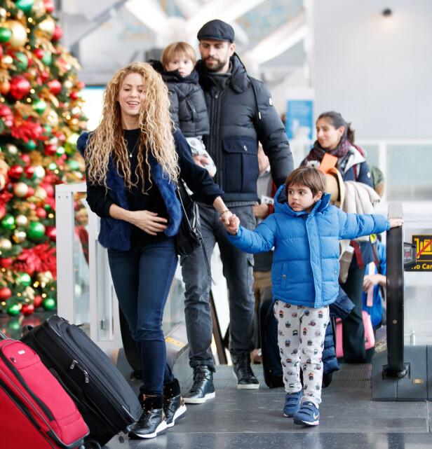 FAMILIE PÅ FIRE: Her er hele familien avbildet i desember 2017. F.v Shakira, Sasha, Gerard og Milan. Foto: NTB Scanpix