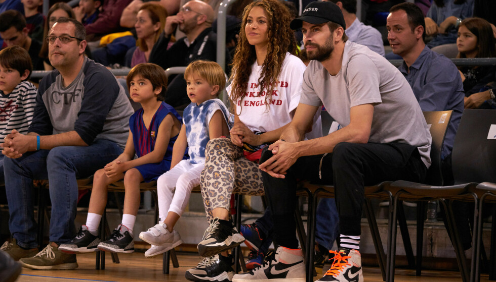 MED FAMILIEN: Shakira og Gerard Piqué med sønnene Sasha og Milan under en basketballkamp i Barcelona i mars i år. Foto: Splash News/ NTB scanpix