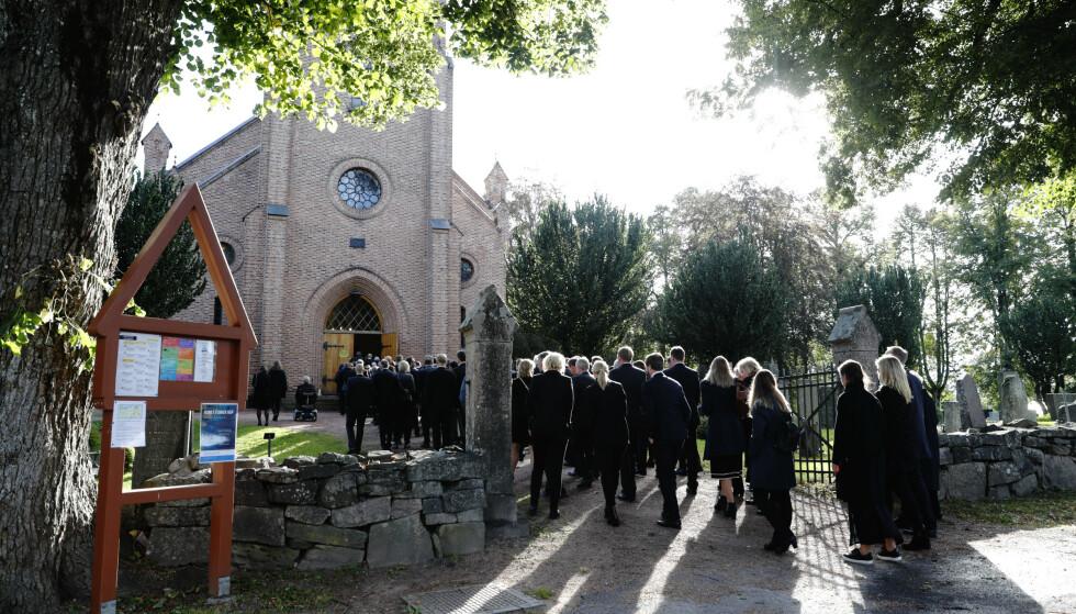<strong>SISTE FARVEL:</strong> Asker kirke var fylt av Halvard Hanevolds nærmeste venner, kolleger og familie under bisettelsen fredag formiddag. Foto: Terje Bendiksby / NTB Scanpix
