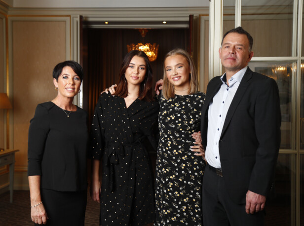 STØTTENDE FAMILIE: Her er Emma Ellingsen avbildet på Se og Hørs kjendisgalla i 2017 sammen med moren Tina, faren Paal og søsteren Mia. Foto: Heiko Junge / NTB scanpix