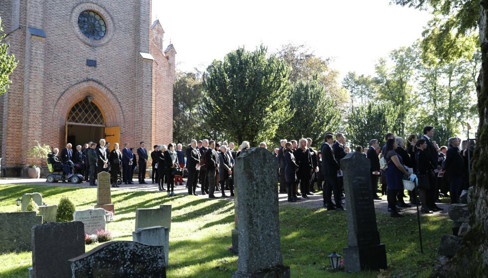 <strong>SAMMEN I SORGEN:</strong> Venner og familie samlet utenfor Asker kirke etter bisettelsen av Halvard Hanevold. Foto: Terje Bendiksby / NTB scanpix