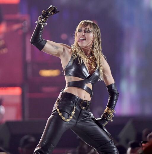 OPPTRÅDTE: Miley Cyrus sto denne helgen på scenen under iHeart Radios musikkfestival i Las Vegas. Men mens Kaitlynn sto backstage under hennes MTV Video Music Awards, var hun godt plassert i sofaen denne gangen. Foto: NTB Scanpix