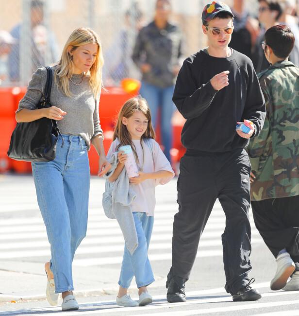 GODE VENNER: Her plukker Sienna Miller og eks-forloveden Tom Sturridge datteren Harlowe opp fra skolen sammen i New York tidligere denne måneden. Foto: NTB Scanpix
