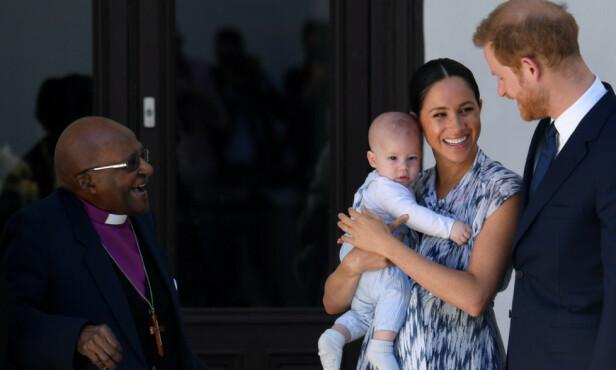 VISTE FREM SØNNEN: Det var i forbindelse med et besøk hos fredsprisvinneren Desmond Tutu at hertugparet viste frem den fem måneder gamle sønnen Archie. Foto: NTB Scanpix