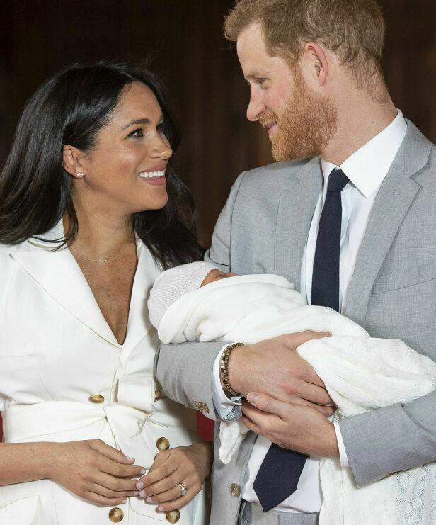 MED FORLOVELSESRINGEN: Da Meghan og Harry viste frem lille Archie for første gang i starten av mai, hadde hun diamantringen på fingeren. Foto: AP/ NTB scanpix