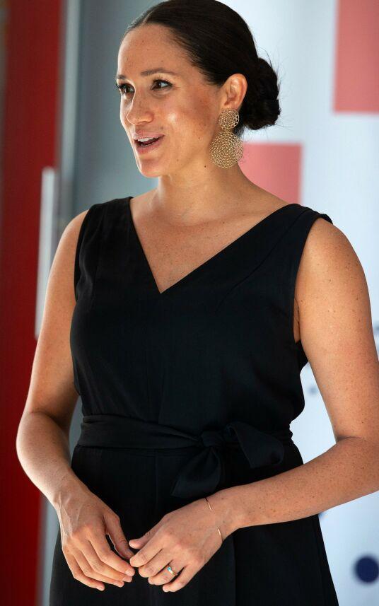 DISKRET RING: Hertuginne Meghan uten sin overdådige forlovelsesring under et besøk på Woodstock Exchange i Cape Town onsdag. Foto: AFP/ NTB scanpix