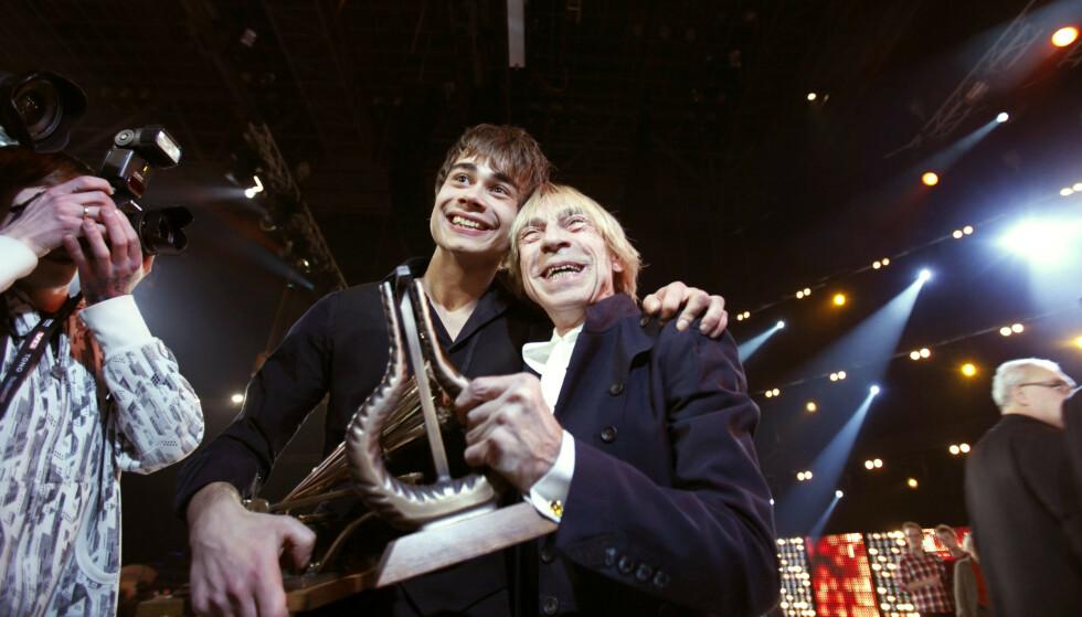 HEDERSPRIS: I 2009 vant Jahn Teigen hedersprisen under Spellemannprisen - for andre gang. Her er han avbildet sammen med Alexander Rybak. Foto: NTB Scanpix