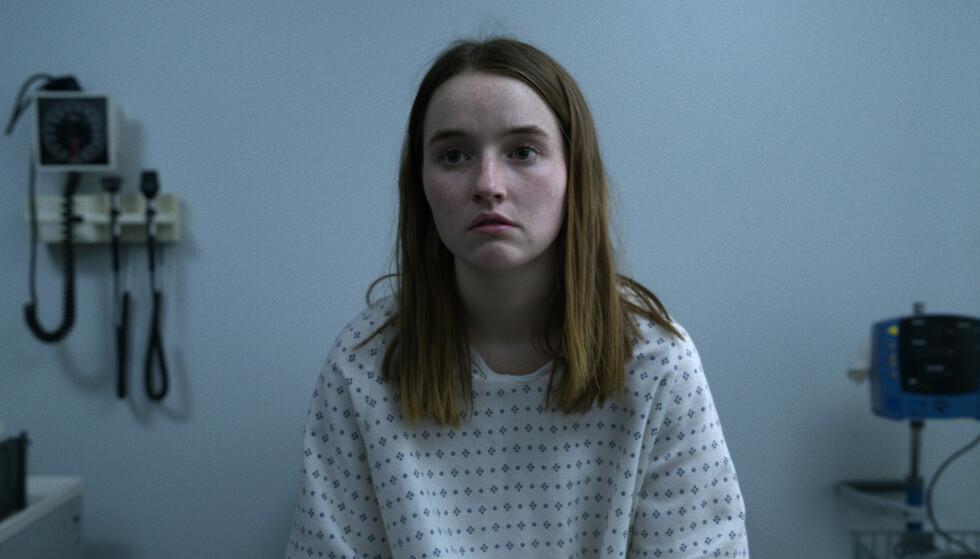 MARIE: 18 år gamle Marie Adler (Kaitlyn Dever) blir beskyldt for å lyve om voldtekt. Etter press fra politiet trekker hun tilbake forklaringen sin, og blir i stedet siktet for falsk forklaring. Foto: Netflix