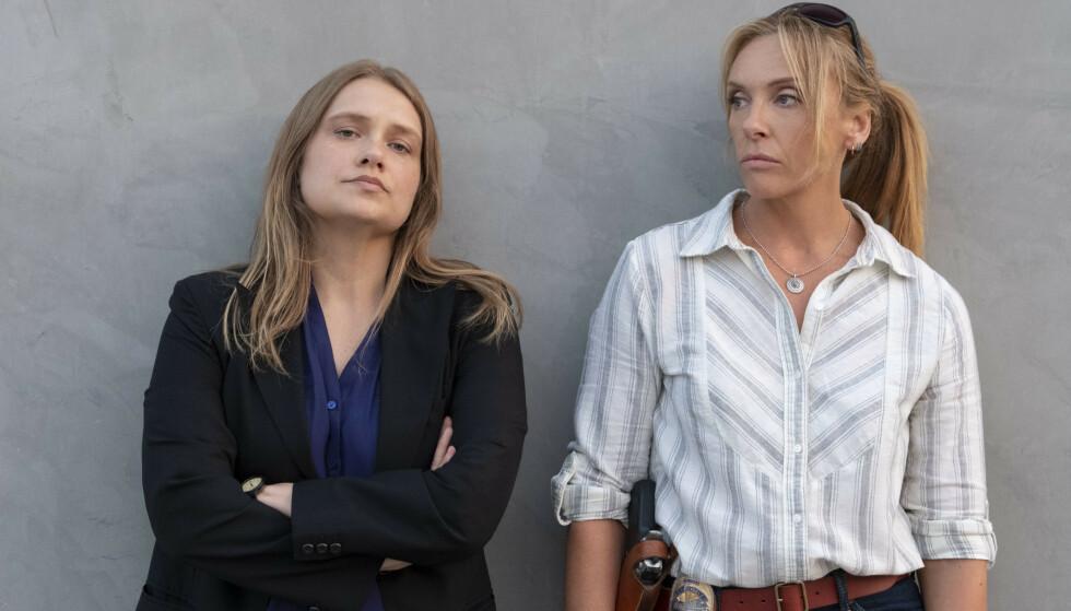 TO POLITIKVINNER: I serien har de to politikvinnene fått navnet Karen Duvall (Merritt Wever) og Grace Rasmussen (Toni Collette). Sammen tar de opp jakten på voldtektsmannen. Foto: Netflix